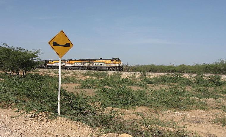 """El """"Tren del agua"""" recorre las zonas desérticas de La Guajira colombiana"""