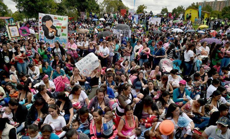 """Centenares de mujeres amamantan a sus bebés en """"Tetatón"""" en Bogotá"""