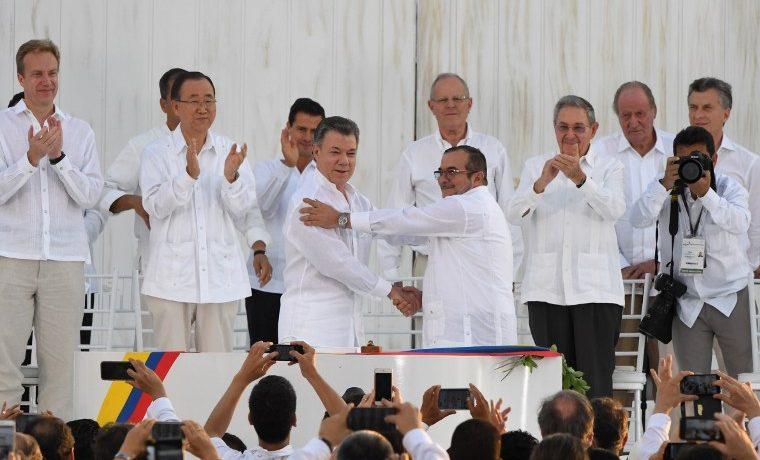 Gobierno colombiano y guerrilla FARC firman pacto de paz tras 52 años de guerra