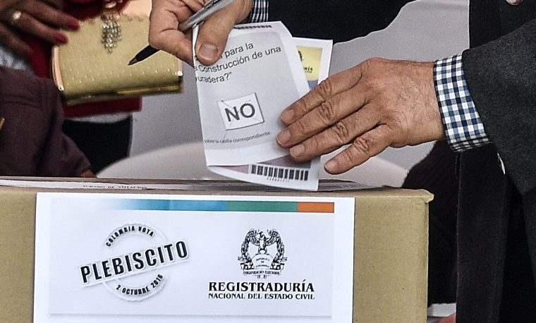 Alvaro Uribe votando por el NO. Octubre 2, 2016. AFP PHOTO / Guillermo Legaria