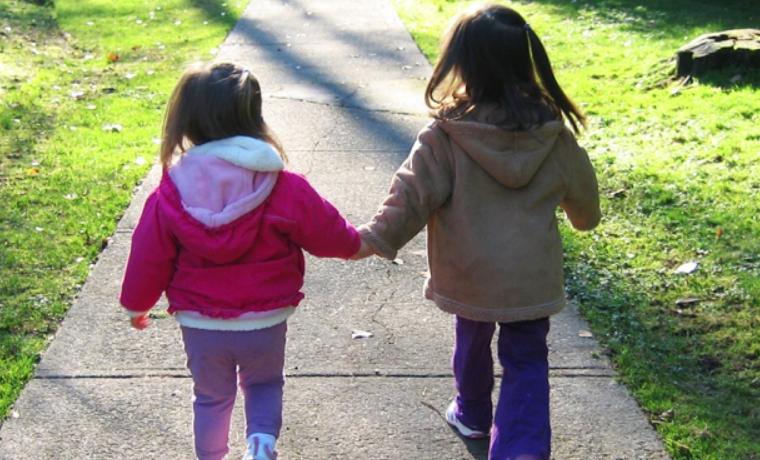 ¿Por qué caminar beneficia tanto a los padres, los niños pequeños y las ciudades donde habitan?