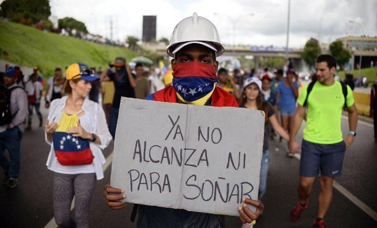 ¿Qué se está haciendo a nivel de base para ayudar a guiar a las mujeres migrantes venezolanas en Colombia?