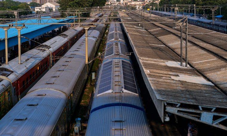 Los envejecidos trenes de India se vuelven 'verdes', sumando paneles solares