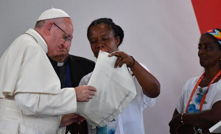 """Papa pide """"verdad"""" y """"justicia"""" para millones de víctimas en Colombia"""