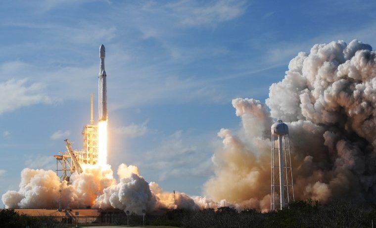 Exitoso primer lanzamiento del cohete más potente del mundo