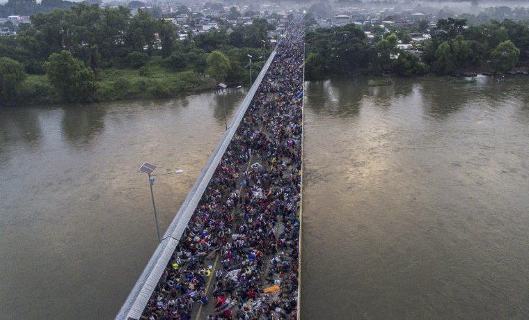 Migrantes hondureños recobran fuerzas antes de seguir caravana que enfurece al Presidente Trump